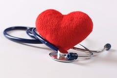 Estetoscopio y corazón rojo Imagen de archivo libre de regalías