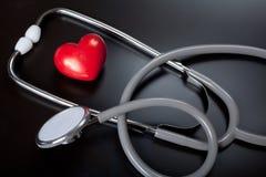 Estetoscopio y corazón rojo Foto de archivo