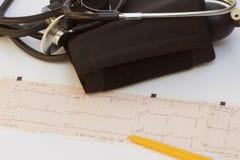 Estetoscopio y electrocardiograma fotografía de archivo libre de regalías