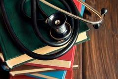Estetoscopio y libros viejos Fotos de archivo libres de regalías