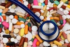 Estetoscopio y medicinas a curar Foto de archivo