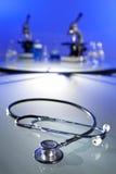 Estetoscopio y microscopios en laboratorio médico Fotografía de archivo