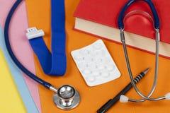 Estetoscopio y paquete de la píldora en un escritorio de los doctores Imagen de archivo