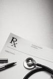 Estetoscopio y pluma de la forma de la prescripción de RX Imágenes de archivo libres de regalías