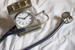 Estetoscopio y reloj Imagen de archivo libre de regalías