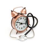 Estetoscopio y reloj Fotografía de archivo