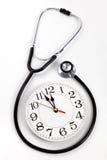Estetoscopio y reloj Imágenes de archivo libres de regalías