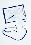 Estetoscopio y tarjeta médica Imagen de archivo