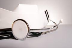 Estetoscopio y taza del oficio de enfermera Imágenes de archivo libres de regalías