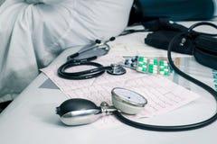 Estetoscópio, comprimidos e ECG Foto de Stock