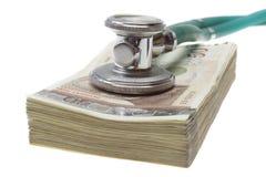 Estetoscópio na parte superior do dinheiro Fotografia de Stock