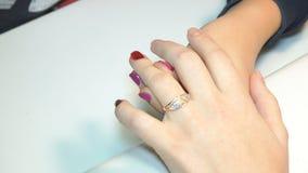 Esthéticien appliquant les ongles polonais aux ongles de femmes clips vidéos