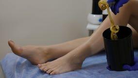 Esthéticien, esthetician faisant le dépilage Concept de beauté Jeune femme ayant le dépilage Tiré dans 4 k clips vidéos