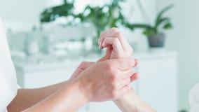 Esthéticien habile choyant le bras de femme à la station thermale clips vidéos