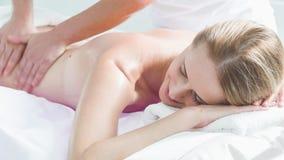 Esthéticien professionnel massant le corps de la fille banque de vidéos