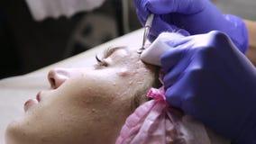 Esthéticien serrant des points noirs de bouton pour jeune wonan dans le salon de beauté Soins de la peau faciaux banque de vidéos