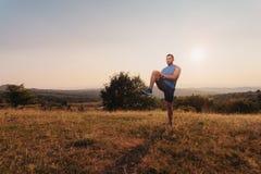 Esticão atlético do homem exterior foto de stock royalty free
