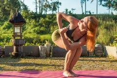 Esticão da ioga da jovem mulher Fotos de Stock Royalty Free