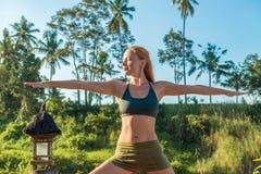 Esticão da ioga da jovem mulher Fotografia de Stock Royalty Free