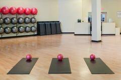 Esticando esteiras e esferas do exercício na ginástica foto de stock royalty free
