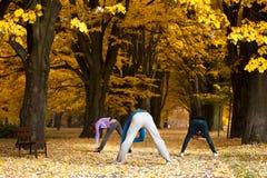 Esticando exercícios no parque Fotos de Stock