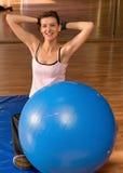 Esticando a mulher com uma esfera de Pilates Fotografia de Stock
