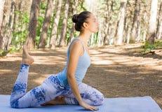 Esticando a mulher no exercício ao ar livre Fotos de Stock Royalty Free