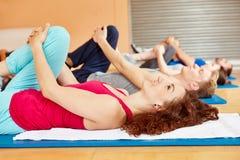 Esticando o exercício durante a classe dos pilates fotografia de stock
