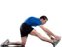 Esticando a postura do exercício por um homem Imagem de Stock