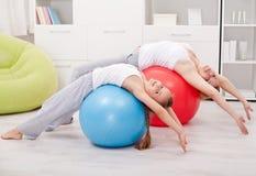 Esticar exercita em casa fotografia de stock royalty free