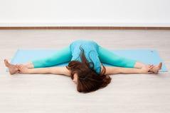 esticar yoga Mulher moreno nova que faz a ioga imagens de stock