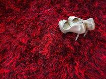 Estilete brillante de plata de los zapatos de tacón alto en la alfombra roja imagenes de archivo