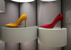 Estiletes amarelos e vermelhos lustrosos na exposição foto de stock