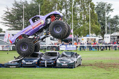 Estilingue do monster truck em Truckfest Norwich Reino Unido 2017 fotos de stock