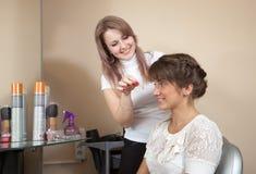 Estilista de cabelo que trabalha com menina de cabelos compridos Fotos de Stock