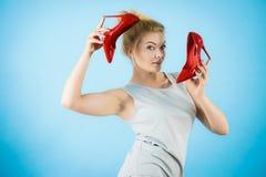 Estilista de la moda que presenta los tacones altos Fotografía de archivo