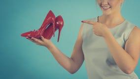 Estilista de la moda que presenta los tacones altos imagen de archivo libre de regalías