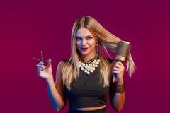 Estilista fêmea que está com hairdresser& x27; acessórios de s fotografia de stock royalty free