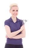 Estilista feliz de la mujer que presenta con las tijeras aisladas en blanco Fotos de archivo