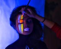 Estilista que hace maquillaje del arte de cuerpo Fotografía de archivo libre de regalías