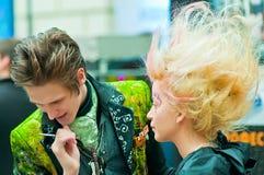 Estilista y modelo en la demostración para el maquillaje creativo Fotografía de archivo