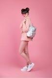 Estilo adolescente de la mirada del estudio de la moda en zapatos Chica joven de moda Imagenes de archivo