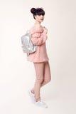 Estilo adolescente de la mirada del estudio de la moda con la mochila Jóvenes de moda Fotos de archivo