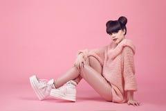 Estilo adolescente de la mirada del estudio de la moda en zapatos Chica joven de moda Fotografía de archivo
