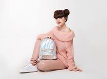 Estilo adolescente de la mirada del estudio de la moda en zapatos Chica joven de moda Fotos de archivo