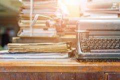 Estilo antigo do vintage da máquina de escrever e originais velhos Imagens de Stock Royalty Free