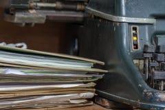 Estilo antiguo del vintage de la máquina de escribir y viejos documentos Foto de archivo libre de regalías