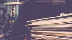 Estilo antiguo del vintage de la máquina de escribir y viejos documentos Imágenes de archivo libres de regalías