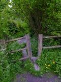Estilo antiguo en un sendero en el Lythes cerca de Selborne, Hampshire, Reino Unido imagen de archivo libre de regalías