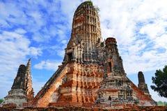 Estilo antiguo Prang magnífico del Khmer de la visión escénica en las ruinas del templo budista de Wat Chaiwatthanaram en la ciud fotos de archivo libres de regalías